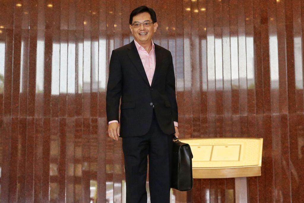 BELANJAWAN JAMIN PENAKATAN SINGAPURA: Encik Heng Swee Keat tiba di Parlimen bagi membentangkan kenyataan Belanjawan semalam. – Foto BH oleh KEVIN LIM