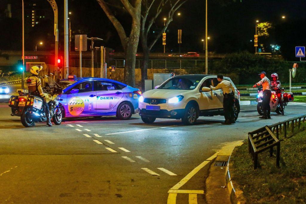 BUAT PEMERIKSAAN: Pegawai polis Trafik melakukan pemeriksaan bagi pelbagai kesalahan lalu lintas termasuk memandu dalam keadaan mabuk - Foto fail