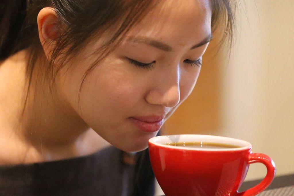 MARI 'MENGOPI': Kopi mengandungi kafein yang boleh merangsang penambahan tenaga untuk menjadikan tubuh lebih cergas, manakala bahan antioksida catechin dalam teh berupaya melawan penyakit dan dapat membantu mengurangkan risiko penyakit jantung dan menggalakkan pembakaran lemak.