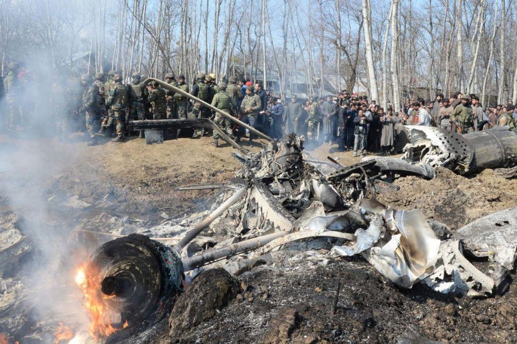 KESAN PERTELINGKAHAN: Askar India dan orang ramai mengerumuni bangkai jet pejuang Tentera Udara India (IAF) di Kashmir selepas ia terhempas di daerah Budgam, sekitar 30 kilometer dari Srinagar semalam. - Foto AFP