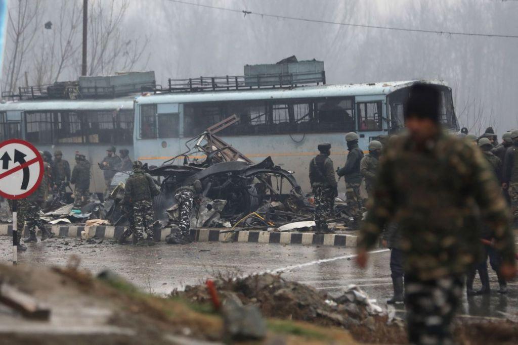 SIASAT SERANGAN: Anggota keselamatan India menyiasat di lokasi pengeboman bunuh diri yang membunuh 41 pegawai separa tentera pada 14 Februari di Pulwama, kira-kira 20 kilometer dari Srinagar, ibu negeri musim panas Kashmir bahagian India. - Foto EPA-EFE