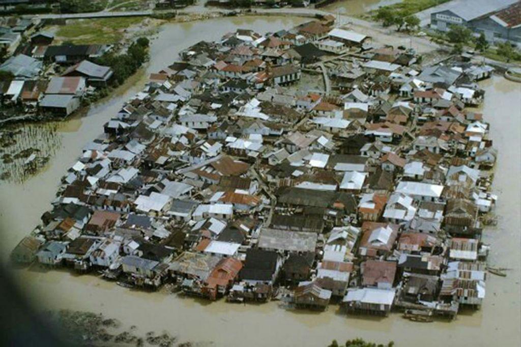 KAMPUNG KUCHAI: Pemandangan dari udara kawasan sekitar Kampung Kuchai di Lorong 3 Geylang pada 1960 yang disekelilingi air sungai. - Foto ihsan ENCIK MOHAMED NASSIR ISMAIL