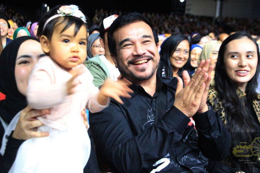 BELUM BERSEDIA: Siti Nurhaliza dan suaminya, Datuk Khalid Mohamad Jiwa (tengah) tidak mahu anak mereka, Siti Aafiyah, terlalu terdedah pada pengamatan orang awam lantas itu belum bersedia menempatkan anak itu dipertandingkan sebagai ikon cilik di media sosial. - Foto BH oleh UKHTI AMINAH