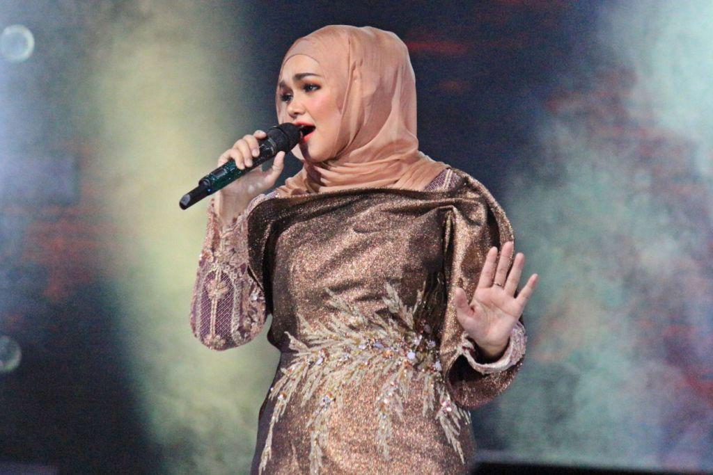 TIDAK HIDUP DIPUJI, TIDAK MATI DIKEJI: Datuk Seri Siti Nurhaliza menganggap kecaman terhadap diri dan gaya fesyennya sebagai asam garam yang perlu ditelan sang penyanyi asal sahaja ia tidak melampaui batas sehingga menjejas nama baiknya dan keluarga. - Foto BH oleh UKHTI AMINAH