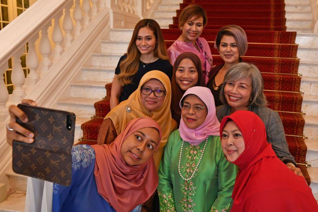 CEMERLANG DALAM PELBAGAI BIDANG: Presiden Halimah Yacob (tengah, barisan pertama) bersama antara sekumpulan wanita yang cemerlang dalam bidang masing-masing termasuk (barisan pertama, dari kiri) Cik Nurul Jihadah Hussain, Cik Khairiana Zainal Abiden, (barisan kedua, dari kiri) Cik Rahayu Mohamad, Cik Nur Khairiana Mohamad Malek, Cik Jummaida Rusdon, (barisan belakang, dari kiri) Cik Nurul Suhaila Mohamed Saiful, Cik Faridah Ali Chang dan Cik Fatimah Mohsin. - Foto fail