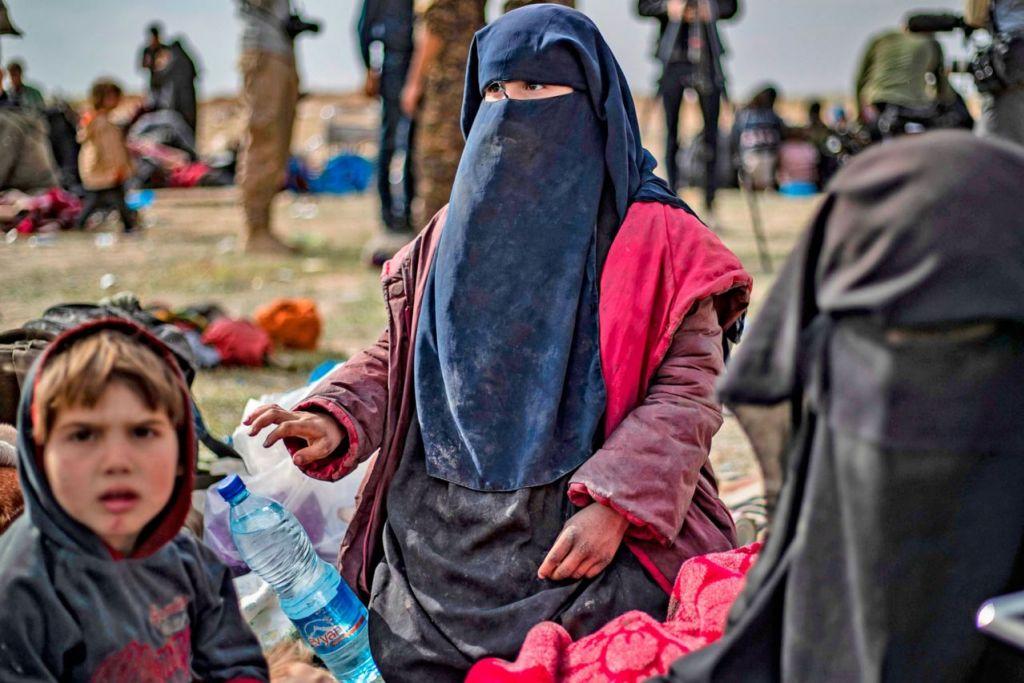 JANDA ISIS: Maquere bersama lima anaknya di kawasan penyaringan di Deir Ezzor, selepas meninggalkan Baghouz, pada 5 Mac. Dia tidak mahu balik ke Perancis.  - Foto AFP