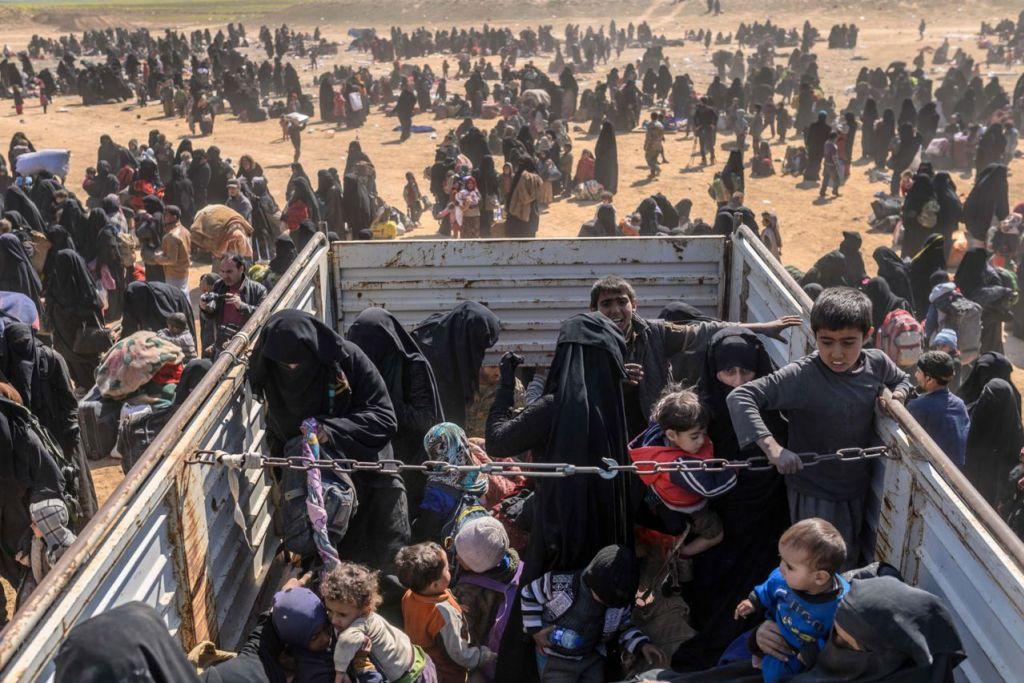 NASIB TIDAK MENENTU: Wanita dan kanak-kanak yang dipindahkan dari daerah ISIS di Baghouz tiba di kawasan penyaringan di wilayah Deir Ezzor pada 6 Mac, sebelum ditempat di kem pelarian Al-Hol. Sebahagian daripada mereka isteri atau janda militan ISIS bersama anak-anak yang menghadapi masa depan tidak menentu. - Foto AFP