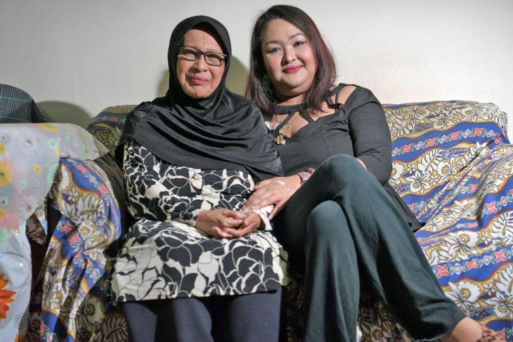 LEWAT KESAN BARAH: Allahyarhamha Noor Azlin (kanan) bersama ibunya, Cik Azizah Yahya. - Foto fail