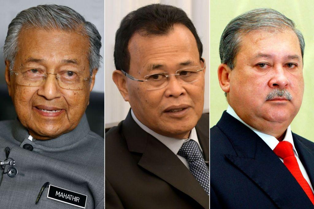 PERBEZAAN PENDAPAT: Dr Mahathir (kiri) mempunyai pendapat yang berbeza dengan Sultan Ibrahim (kanan) mengenai hak memilih Menteri Besar Johor yang baru menyusuli peletakan jawatan Datuk Osman Sapian (tengah). - Foto-foto fail
