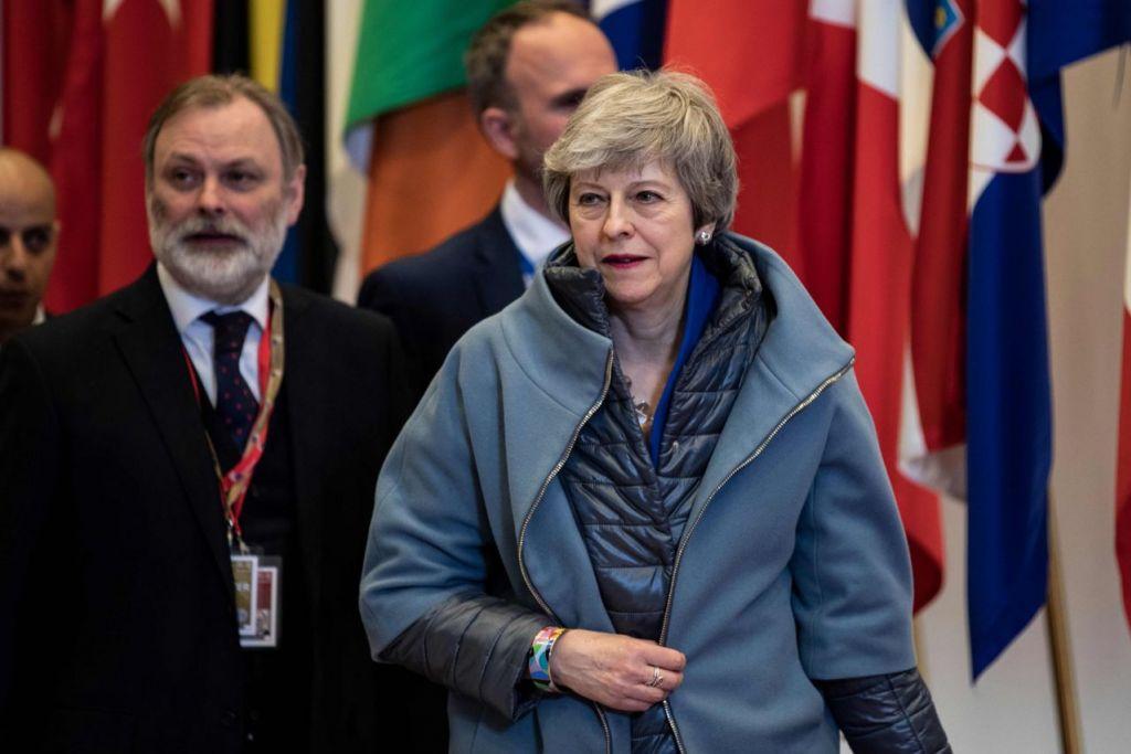 CAPAI KATA SEPAKAT: Perdana Menteri Britain, Cik Theresa May, meninggalkan mesyuarat Majlis Eropah berkenaan Brexit di bangunan The Europa di Parlimen Eropah, Brussels, semalam. - Foto AFP