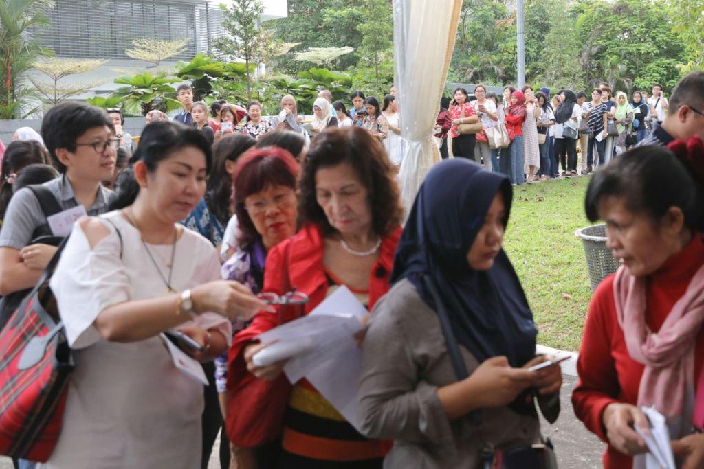 GHAIRAH UNTUK UNDI: Ramai warga Indonesia yang tinggal di sini beratur di luar kedutaan negara itu semalam untuk melaksanakan tanggungjawab mereka mengundi dalam pilihan raya negara itu. - Foto BH Oleh ONG WEE JIN