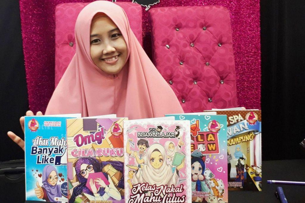 KHAS BUAT REMAJA: Pada 2015, buku pertama Cik Nur Khairiah Mohd Amin ialah Miss Spa Lawan Gadis Kampung, kemudian menyusul pula Omg Gila Buku, Aku Mahu Banyak Like, Omg Gila Meow dan Kelas Nakal Mahu Lulus. Kebanyakan buku ini dihasilkan bersama penulis utama syarikat Blink iaitu pemiliknya, Cik Ain Maisarah, yang merupakan novelis remaja nombor satu di Malaysia. - Foto ihsan NUR KHAIRIAH MOHD AMIN
