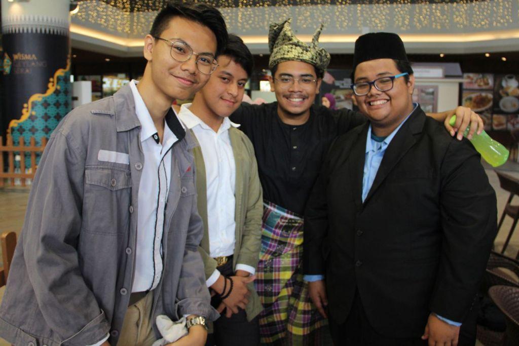 JADI AKRAB: (Dari kiri) Shukri Rizqi Rozani, Mohamad Farhan Iskandar, Abdul Qahar Zaini dan Muhammad Aiman Aqil Azman, kesemuanya dari Politeknik Singapura, menjadi semakin akrab sejak mula berlatih dan menyertai peraduan Pesta Pantun.  - Foto PBMUKS