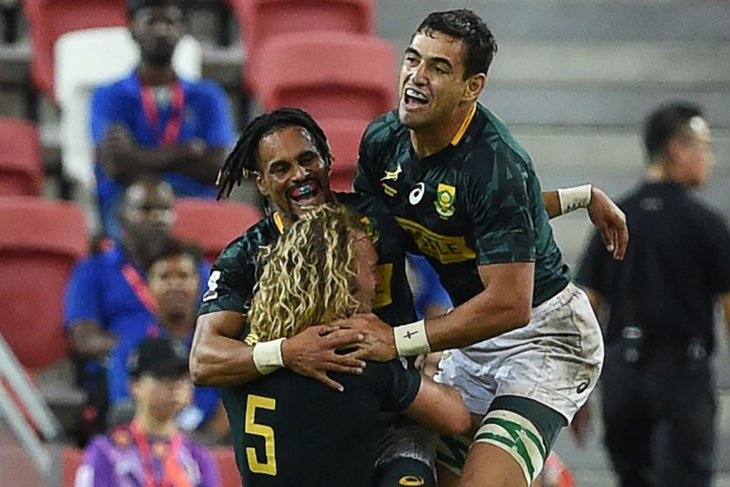 PERTANDINGAN SENGIT: Pemain ragbi Afrika Selatan meraikan kemenangan pasukan mereka yang mengalahkan Fiji dalam final di Stadium Negara kelmarin. - Foto AFP