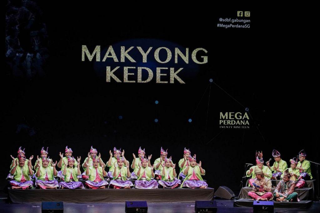 TERUS BERSINAR: Meskipun latihan banyak tersangkut dan tergendala, pasukan Makyong Kedek berjuang hingga berjaya meraih tempat kedua. - Foto BH oleh MUHAIMIN SUZAINI