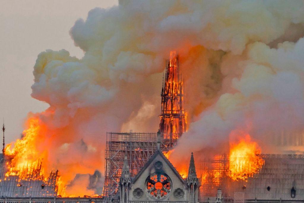DIJILAT API: Api marak memusnahkan sebahagian gereja besar Notre-Dame mercu tanda bersejarah Perancis yang wujud sejak Zaman Pertengahan. Mujur kebakaran itu pantas dikawal bomba, kata pihak berkuasa Perancis semalam. - Foto AFP