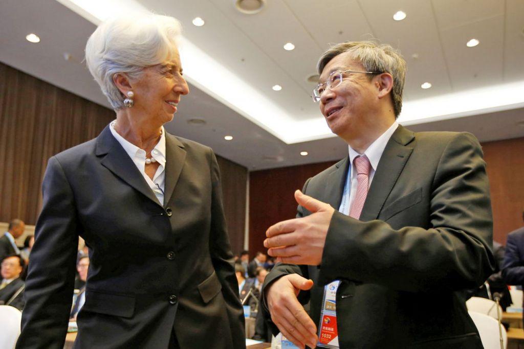 HADIRI FORUM: Ketua Dana Kewangan Antarabangsa, Cik Christine Lagarde, disambut oleh gabenor bank pusat China, Encik Yi Gang, di pembukaan Forum Belt and Road di Beijing semalam. - Foto REUTERS