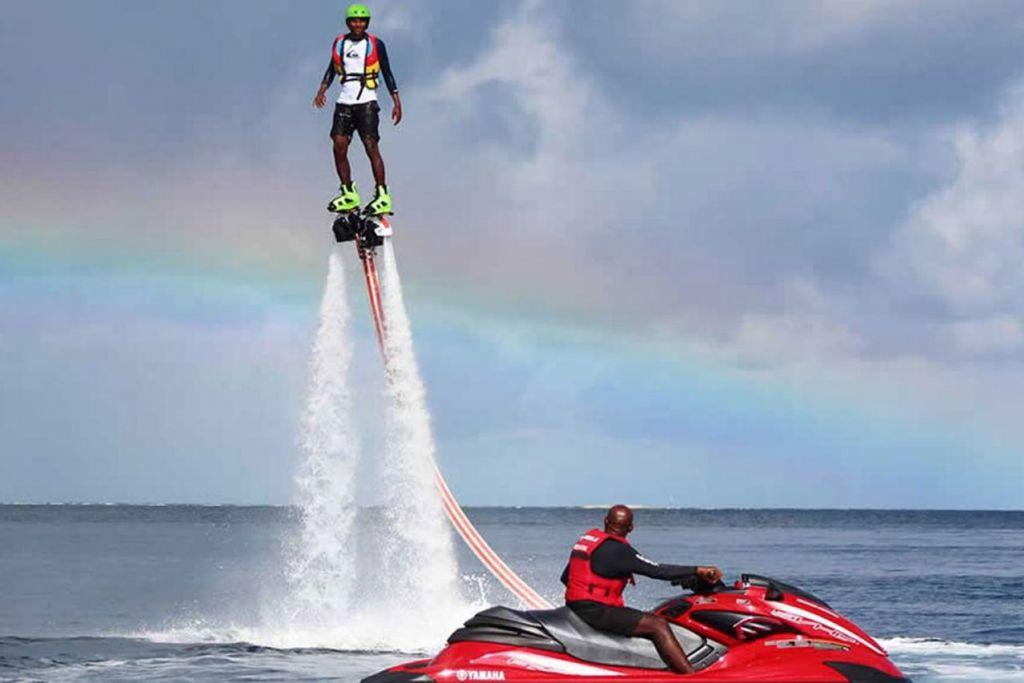 IBARAT DOLFIN: Seorang pengunjung ke Pusat Peranginan Lily Beach di Maldives menikmati sukan 'jet blade' yang menguji keupayaan mengimbangi diri apabila tercampak ke udara dek pancuran air. - Foto PUSAT PERANGINAN LILY BEACH