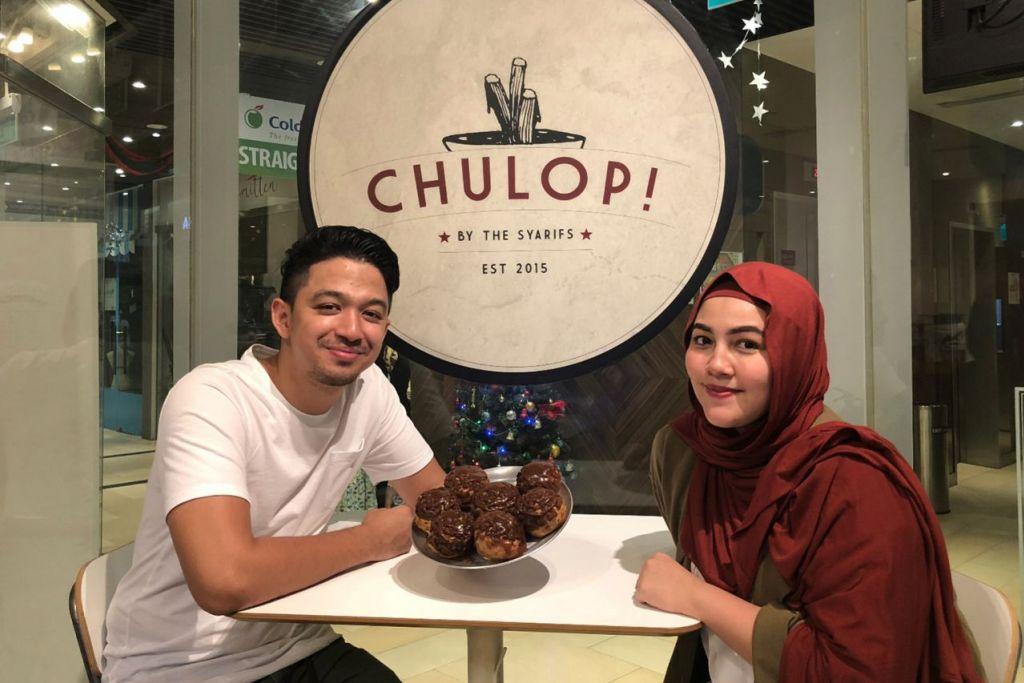 PERKENAL YANG BARU: Selebriti pasangan suami isteri Syarif dan Malaque Mahdaly akan membawa paf krim yang dikenali sebagai 'Puff Bombs' ke bazar Geylang Serai Ramadan ini. - Foto CHULOP! BY THE SYARIFS