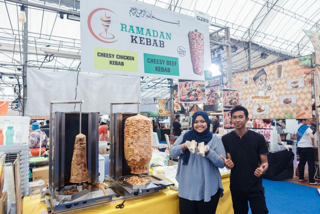 BERI NILAI LEBIH BAIK: Cik Nur Azlina Azlan bersama salah seorang pekerjanya, tahun ini menawarkan kelainan dengan menawarkan kebab rendang. - Foto BM oleh IQBAL FAIZAL