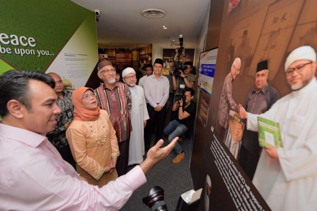 PUSAT SUMBER RRG: Pusat Sumber dan Kaunseling (RCC) kian menjadi sumber yang dipercayai bagi hal berkaitan mencegah ideologi pelampau dan usaha Singapura dalam menangani isu itu. Lebih 11,200 tetamu – kebanyakannya pelajar – telah mengunjungi pusat yang dikendalikan oleh Kumpulan Pemulihan Keagamaan (RRG) itu sejak 2014. Malah, ia juga dikunjungi tetamu lebih berpengaruh seperti pegawai pemerintah dari dalam dan luar negara, serta tokoh agama asing, seperti Imam Besar Universiti Al-Azhar, Sheikh Ahmed Al-Tayyeb; cendekiawan dari Syria, Shaykh Sayyid Muhammad Al-Yaqoubi, dan baru-baru ini Presiden Singapura, Puan Halimah Yacob (kanan). – Foto fail