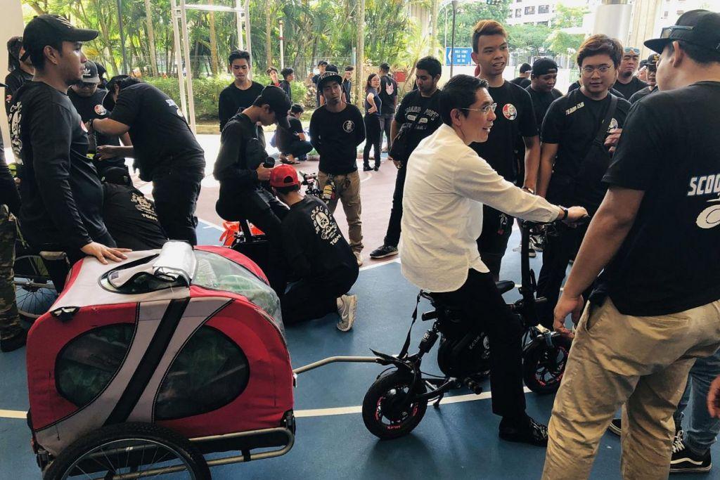 SUMBANG SEMULA: Dr Maliki (berbaju cerah) bersama beberapa pengguna PMD yang terlibat dalam projek menghantar barang makanan kepada golongan memerlukan di sekitar Bedok, Changi-Simei, Kampong Chai Chee, Siglap dan Fengshan. – Foto PERSATUAN RAKYAT