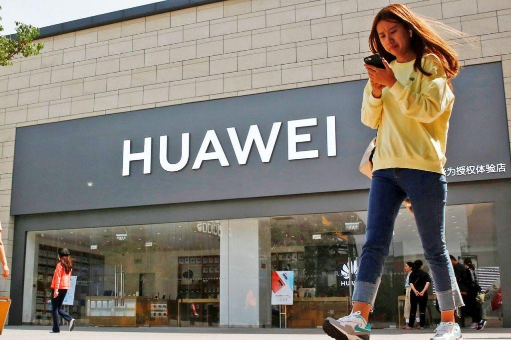 MENJEJAS DUNIA: Menurut pengamat, larangan Amerika terhadap Huawei mengancam memulakan Perang Dingin Teknologi atau 'Technological Cold War', yang akan mempunyai kesan negatif terhadap ekonomi dunia. - Foto REUTERS