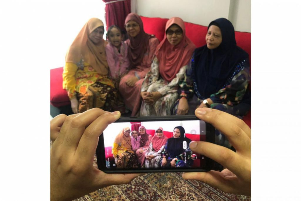 KUNJUNG MENGUNJUNG: Menjadi tradisi orang Melayu di Singapura beraya selama sebulan dengan kunjung mengunjung untuk mengeratkan silaturrahim. - Foto LUQMAN AL-HAQIM ISKANDAR ZULKARNAIN