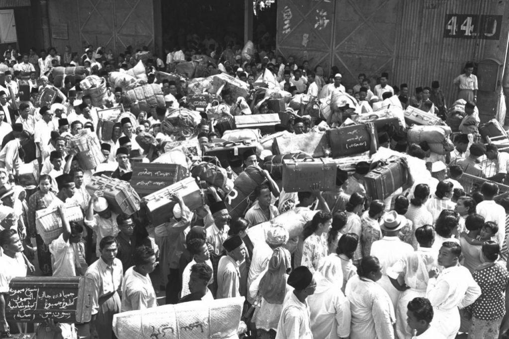 SESAK: Jemaah dihantar keluarga dan sahabat handai di tambangan di Tanjong Pagar sedang menunggu untuk menaiki kapal pada 1953. - Foto ARKIB NEGARA.
