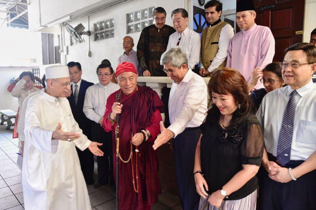 KONGSI PENGALAMAN: Ketua rahib dari Taiwan Master Hsin Tao (baju merah) menyertai perhimpunan silang agama yang diadakan di Masjid Ba'alwie pada Rabu (11 Jun).