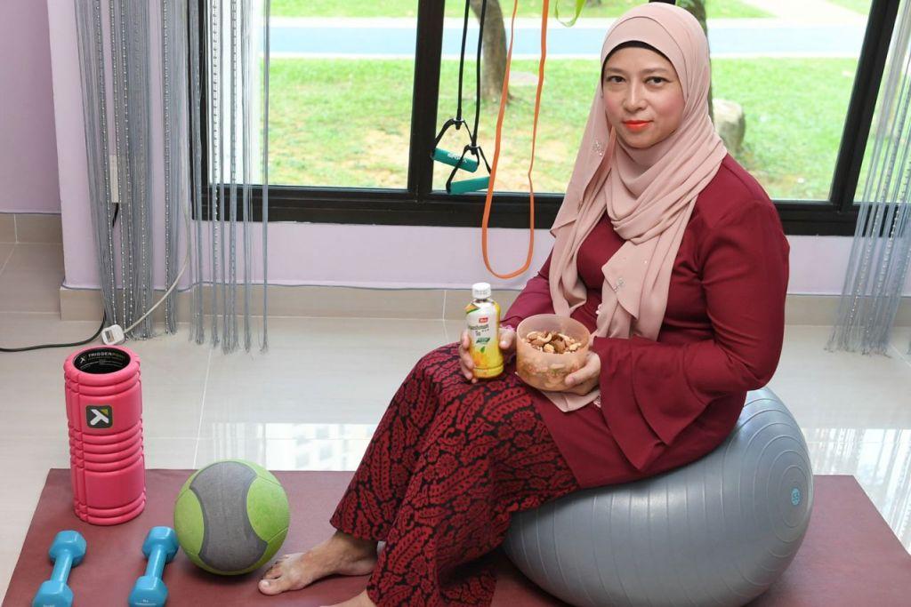 BERSENAM MENYIHATKAN: Cik Dang Ayu Mohamed Aris tetap mencari masa untuk bersenam walau sibuk bekerja dan beraya. Di rumahnya terdapat ruang khas untuk beliau dan ahli keluarganya bersenam. - Foto BH oleh KHALID BABA