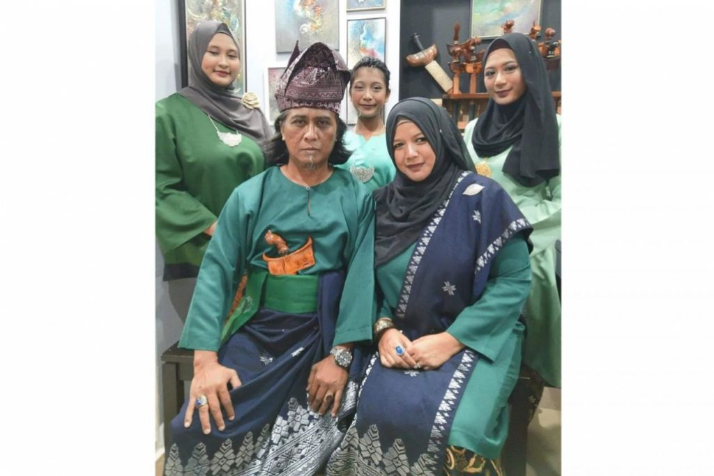 SEMANGAT KEKELUARGAAN: Encik Diham Ahmad bersama isterinya, Cik Sulasthri Yasin (duduk di sebelahnya) dan tiga orang anak mereka berpakaian tradisional buat sambutan Hari Raya. - Foto FACEBOOK ENCIK DIHAM AHMAD