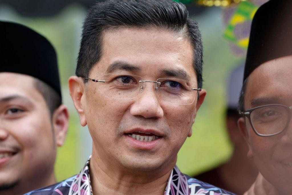 TERPALIT SEKALI: Menerusi tangkap layar laman Twitter, Datuk Seri Azmin Ali dipercayai pernah berkomunikasi dengan Encik Haziq, Ketua Angkatan Muda Keadilan (AMK) Santubong. Dalam gambar ini, Datuk Azmin dirakam sewaktu menghadiri acara kawasan undinya di Kuala Lumpur Sabtu lalu. Beliau menafikan penglibatannya dalam video seks yang tular itu dan menyifatkan dakwaan itu sebagai rancangan 'jahat' yang bertujuan menghentikan kerjaya politiknya. - Foto EPA-EFE
