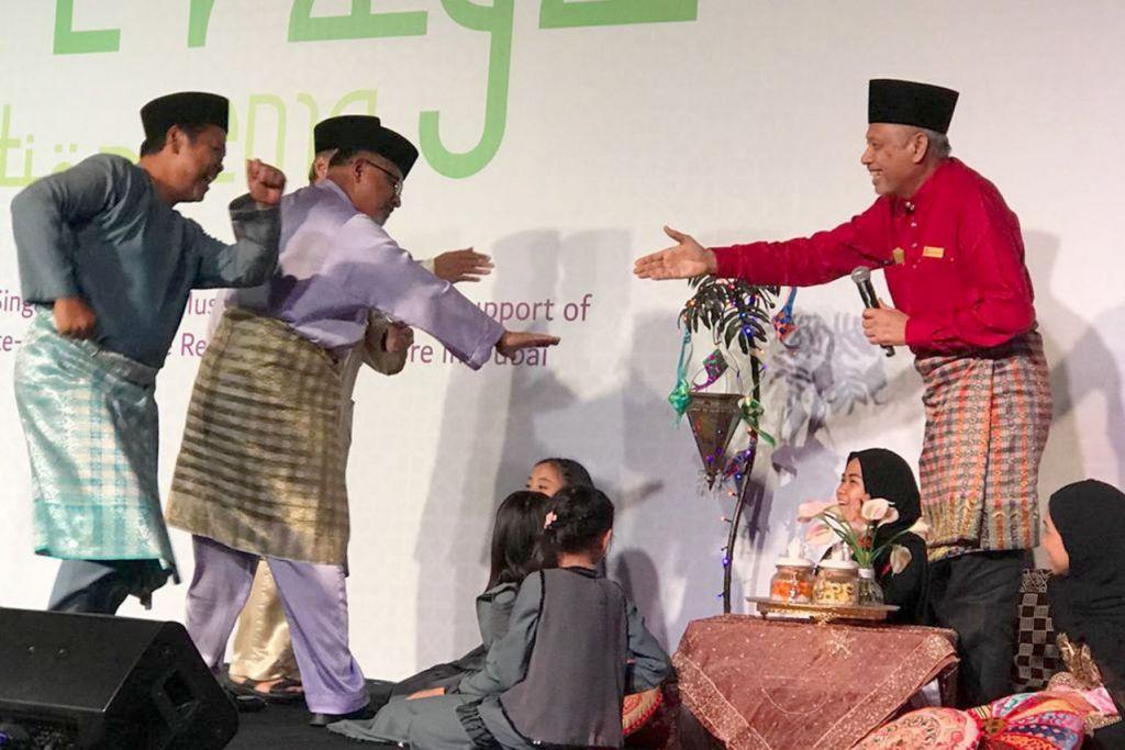 PENUH KEMERIAHAN DAN LAWAK JENAKA: 'Penghulu' Dubai, Encik Ahmad Fuad (kanan) menyambut kedatangan tiga veteran Dubai dalam sketsa lawak. - Foto ROSEBI MOHD SAH