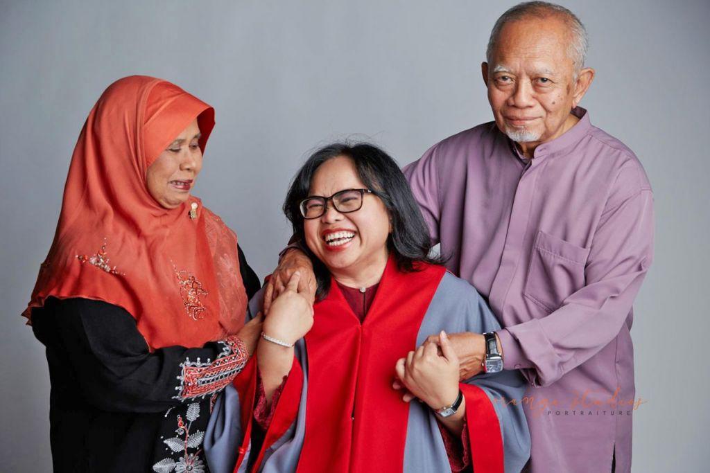 GEMARKAN CABARAN: Selepas bertahun-tahun lamanya menjadi doktor, Dr Nurhidayati (tengah), dengan sokongan bapa Mohamed Suphan Hassan dan ibu tiri Sarifah Bee Mohd Ibrahim, berjaya meraih ijazah sarjana pentadbiran perniagaan (MBA) eksekutif dan ijazah sarjana muda jurusan undang-undang. – Foto-foto ihsan NURHIDAYATI MOHAMED SUPHAN