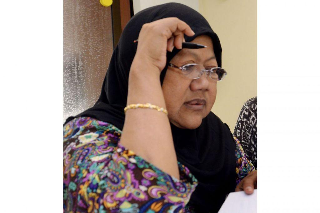 BUKU BUAT INGATAN: Allahyarham Jamilah (atas) pernah menghasilkan buku berjudul 'Berat Mata Memandang' yang dilancarkan pada 2015 bagi mengongsi bersama pembaca tentang kegagalan ginjal daripada pengalaman peribadinya. - Foto fail