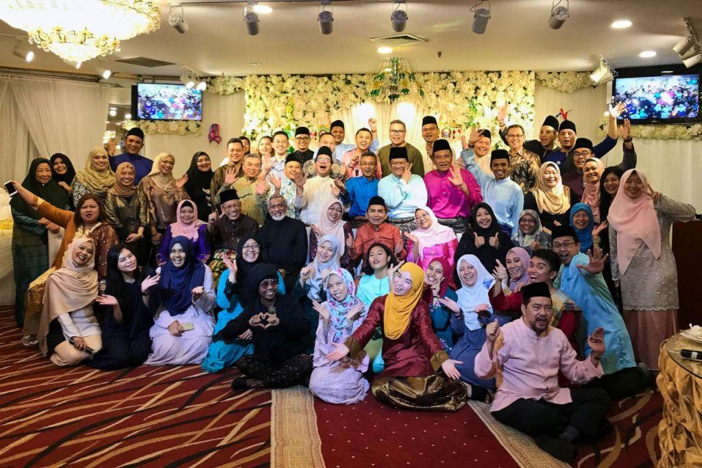 CERIA BERSAMA BH : Kehadiran tetamu yang terdiri daripada rakan-rakan Kurnia@WGS, ahli peniaga setempat dan anggota karyawan Melayu/Islam ke majlis perjumpaan Hari Raya Berita Harian, menceriakan lagi suasana pada malam itu. - Foto BH oleh ROSLEE ABDUL RAZAK