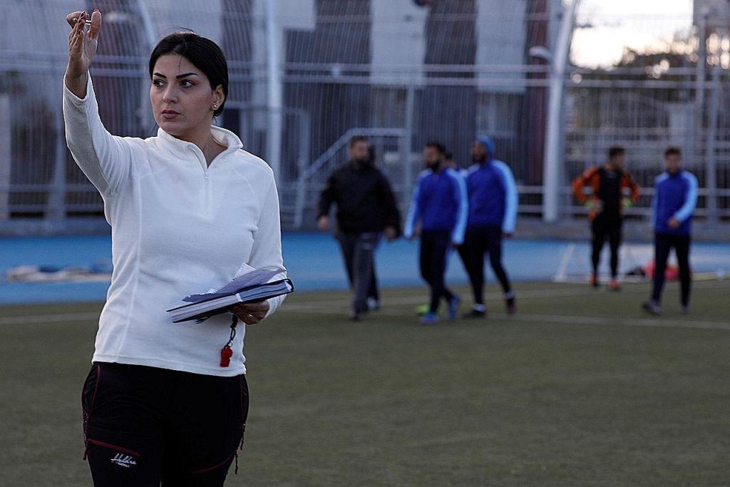 Wanita latih kelab bola lelaki Syria